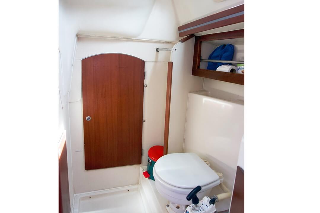 Hanse 315 Bathroom