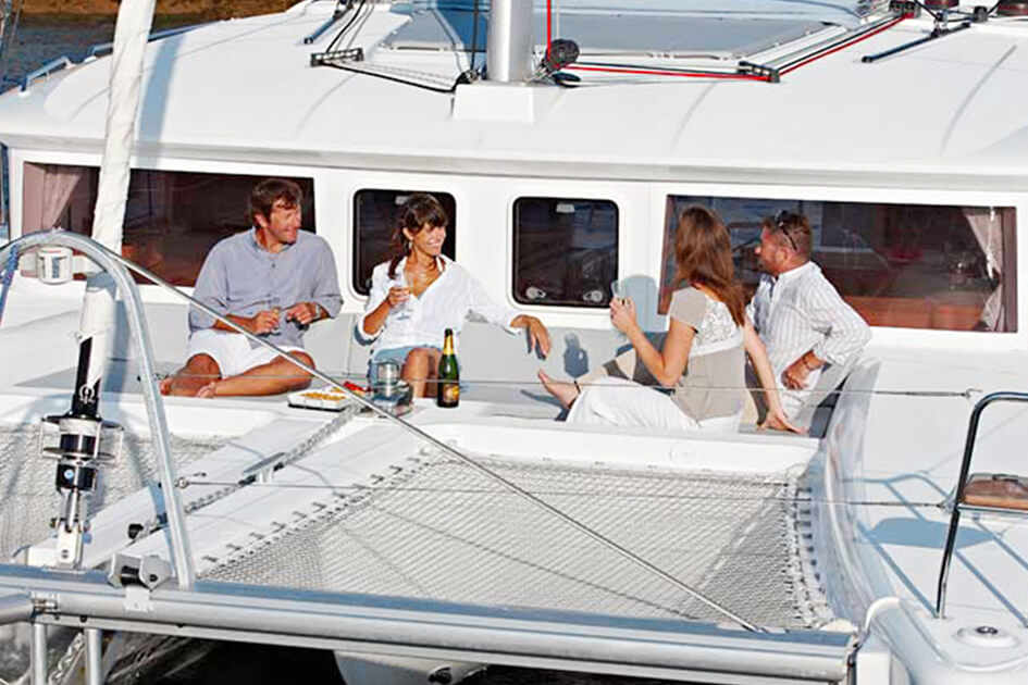 Lagoon 450 front seating _ netting