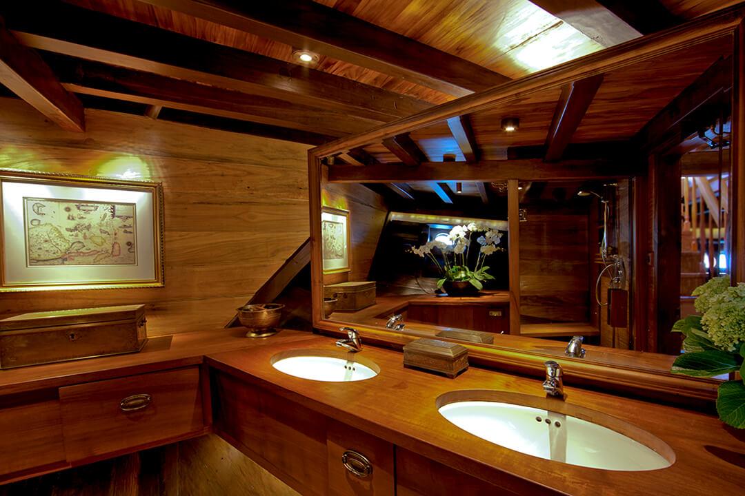 Si Datu Bua Luxury Cruise Indonei